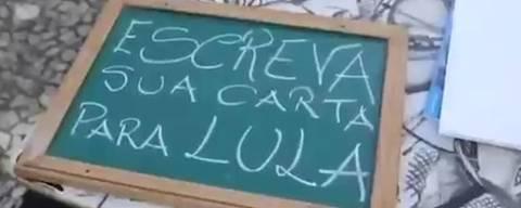 O ator Cláudio Ferrário escreve cartas para Lula na prisão para pessoas na rua em uma banca improvisada no centro do Recife. As escritas já foram enviadas a PF de Curitiba, onde ele está preso, esta semana.