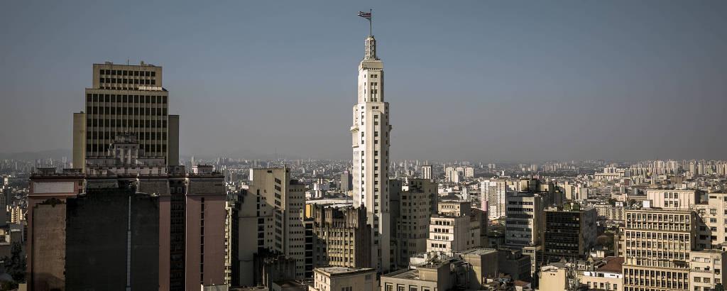 Vista do antigo prédio do Banespa no centro da capital paulista durante a tarde, mostrando os prédios velhos da região
