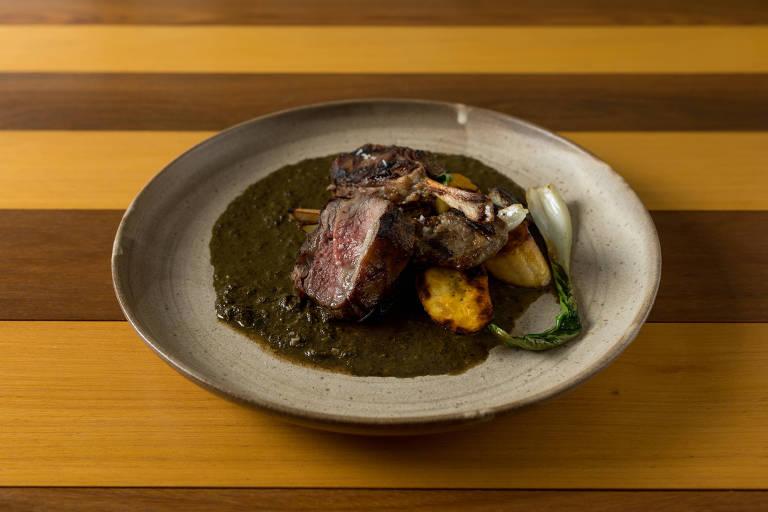 Cordeiro com molho de maniva, especiarias e banana-da-terra grelhada; prato está no menu do novo restaurante Vista, no topo do MAC-USP