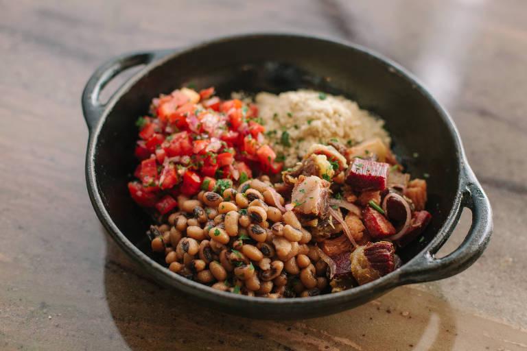 Arrumadinho servido no Orfeu tem carne-seca, paio, calabresa, lombo suíno e barriga, feijão fradinho, farofa da casa e vinagrete