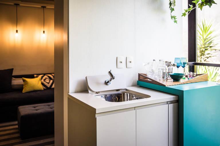 BANCADA+ LAVANDERIA - Com essa solução de marcenaria, o tanque pode ficar no meio da sala de jantar sem levantar suspeitas das visitas. O segredo é a superfície que desliza sobre a bancada para esconder ou revelar os itens de lavanderia. Dentro do armário, também dá para colocar uma máquina de lavar roupa. O projeto, da Vitacon, pode ser contratado pelos clientes da construtora