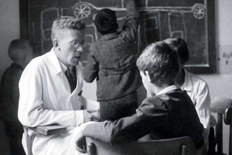 O médico austríaco Hans Asperger entrevista criança