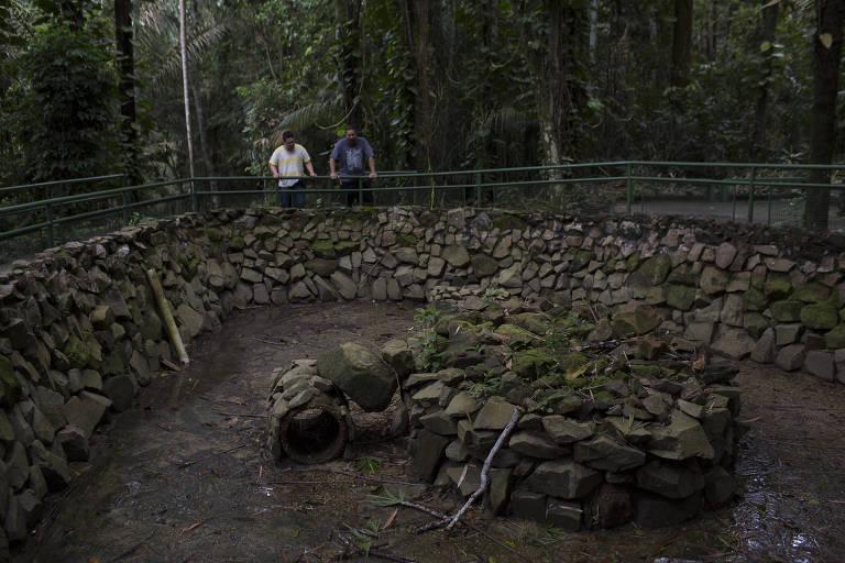 Turistas observam tanque vazio que antes abrigava o peixe-elétrico poraquê. A área foi desativada por conta de corte de verba no Bosque da Ciência, que faz parte Inpa