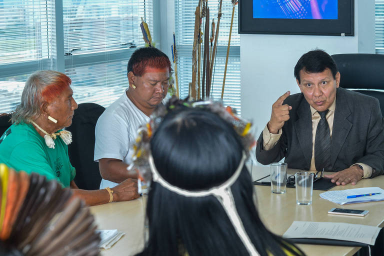 O ex-presidente da Funai Franklimberg Ribeiro de Freitas conversa com indígenas