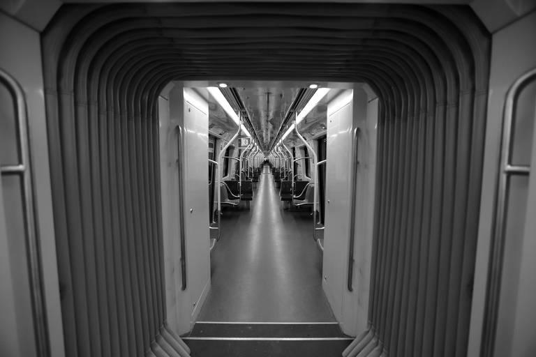 Trem na estação Moema, da linha 5-lilás do metrô, na zona sul paulistana