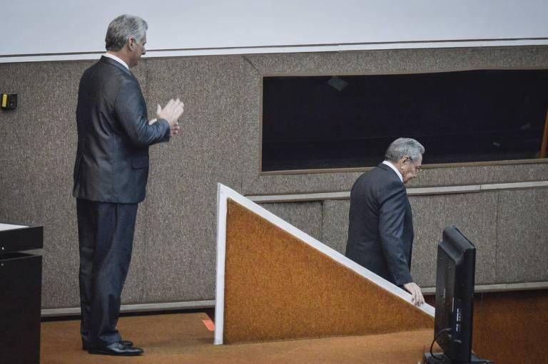 Raúl Castro desce escadas na Assembleia Nacional sob aplausos do novo presidente, Miguel Díaz-Canel