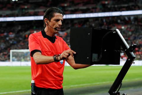Soccer Football - International Friendly - England vs Italy - Wembley Stadium, London, Britain - March 27, 2018   Referee Deniz Aytekin consults with VAR before awarding a penalty to Italy                REUTERS/David Klein ORG XMIT: AI