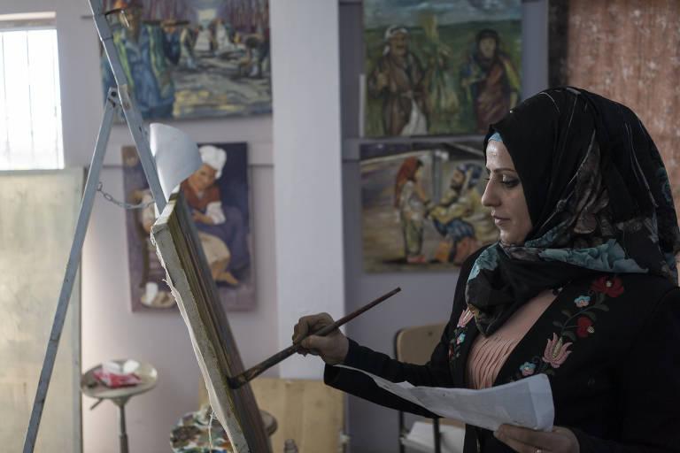 Shahad Azhar Saeed, 24, em sala de aula de pintura no Departamento de Artes da Universidade de Mossul, no Iraque, cidade que foi ocupada pelo Estado Islâmico até 2017
