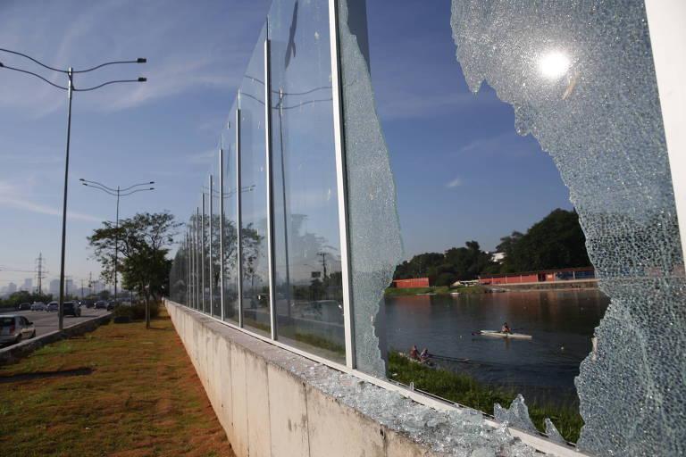 Muro de vidro da USP é depredado