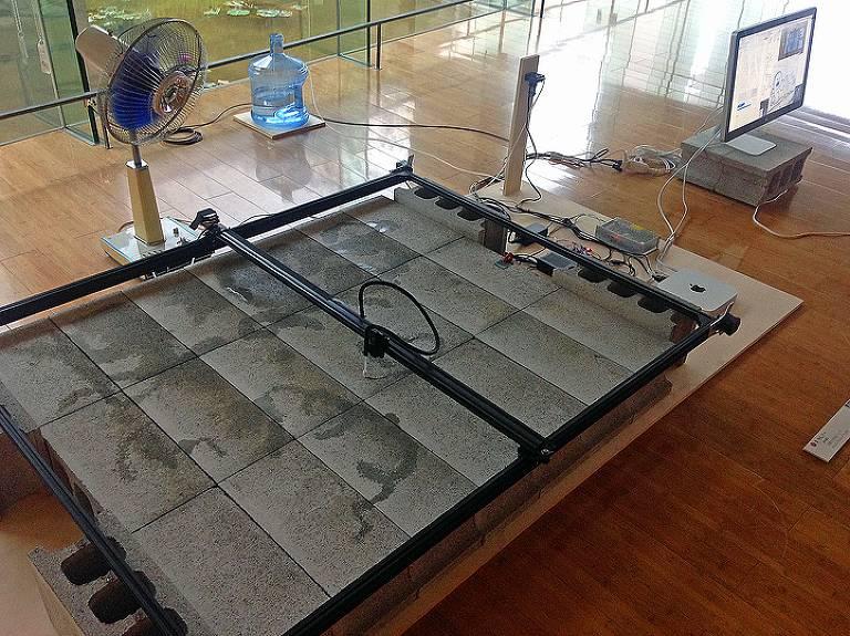 mecanismo no chão sob ventilador