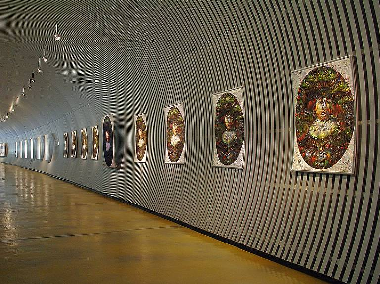 quadros ao estilo rembrandt pendurados em longo corredor