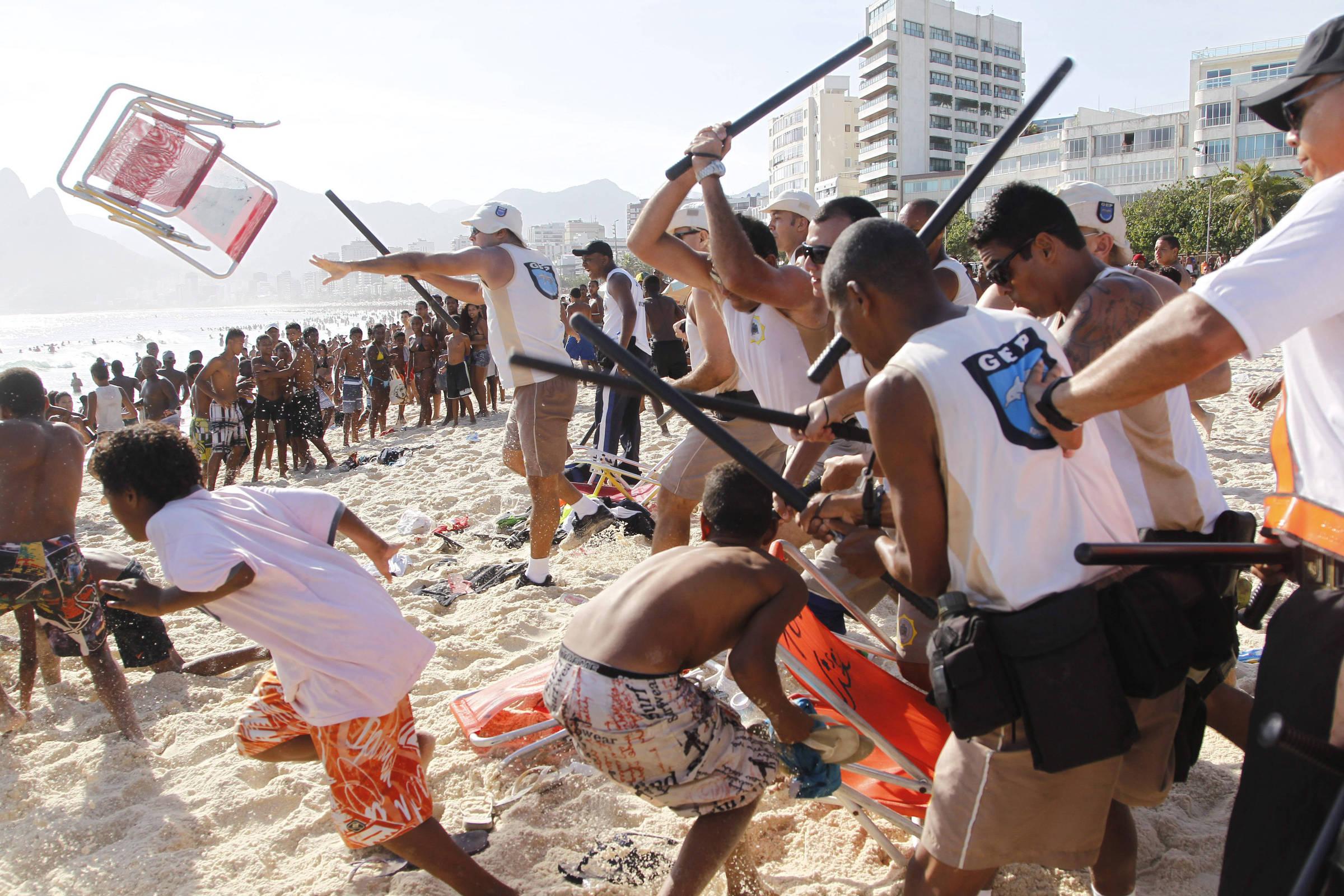 Guardas municipais do Rio entram em confronto com suspeitos de arrastão, na praia de Ipanema, em novembro de 2013 - Marcelo Carnaval - 20.nov.2013/Folhapress
