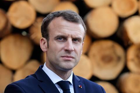 French President Emmanuel Macron visits the Germain-Mougenot wood sawmill in Saulxures-sur-Moselotte on April 18, 2018.   / AFP PHOTO / POOL / VINCENT KESSLER ORG XMIT: PAR220