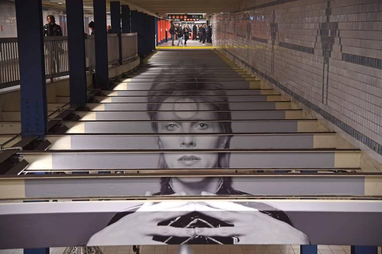 Uma intervenção artística feita na escada na estação Broadway-Lafayette, em Nova York, com uma imagem do cantor e compositor David Bowie