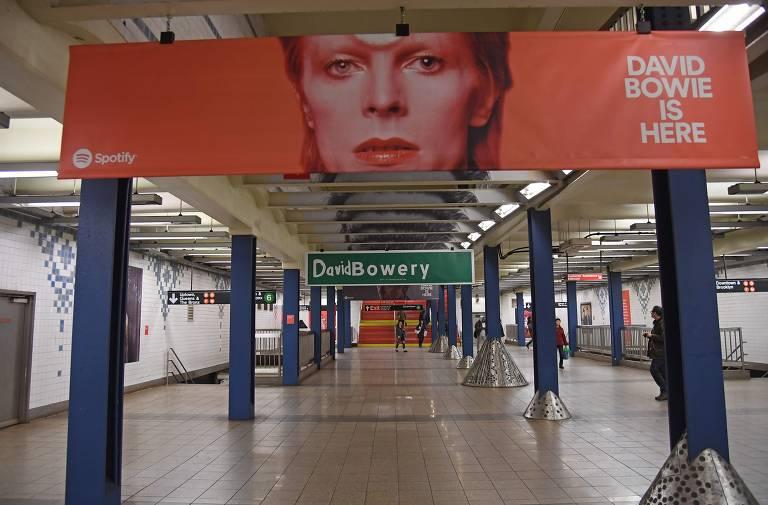 David Bowie invade estação de metrô em Nova York