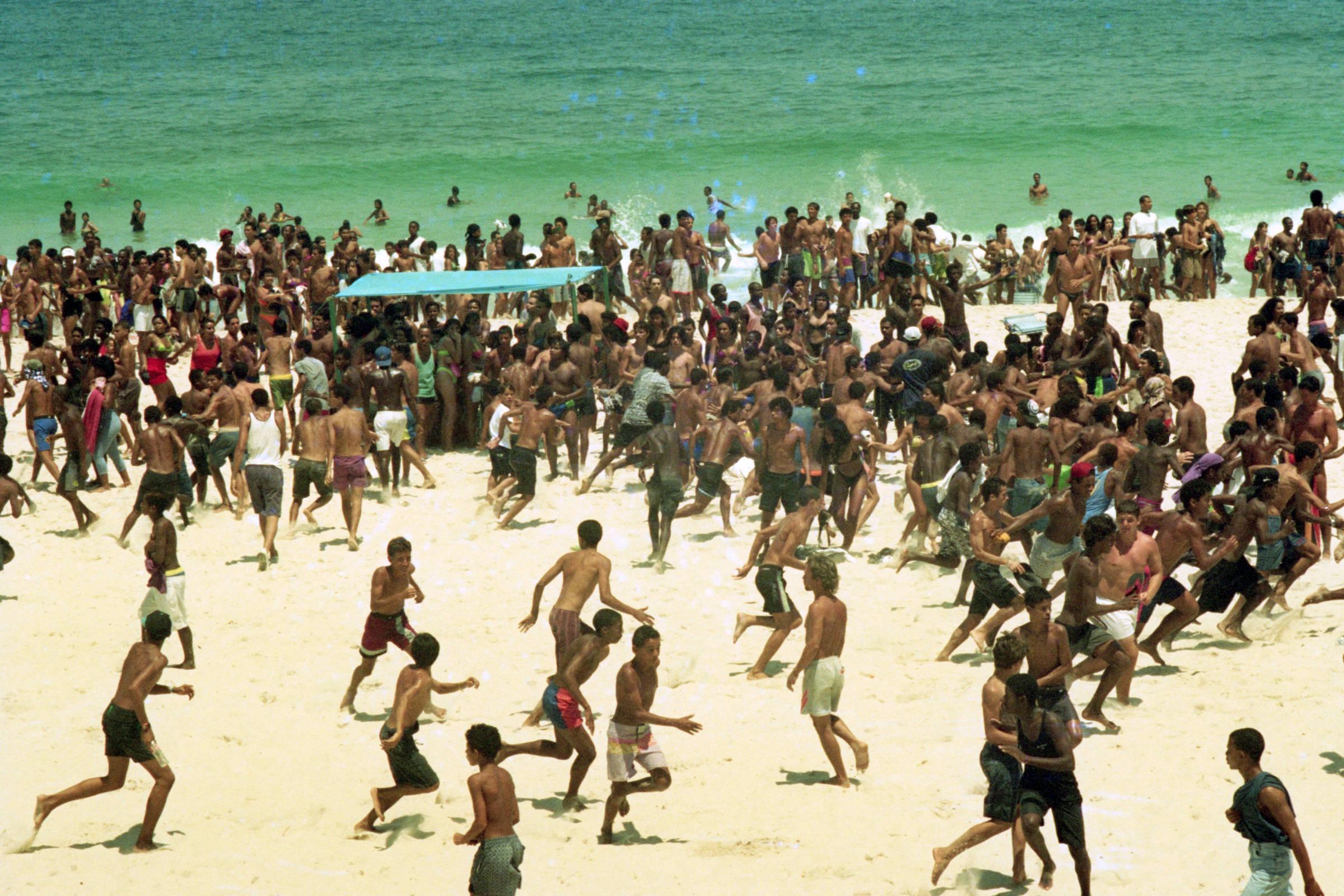 Em 1993, os cariocas assistem, na praia de Ipanema, no Rio, ao início de uma nova modalidade de assalto em massa, que recebeu a alcunha de arrastão
