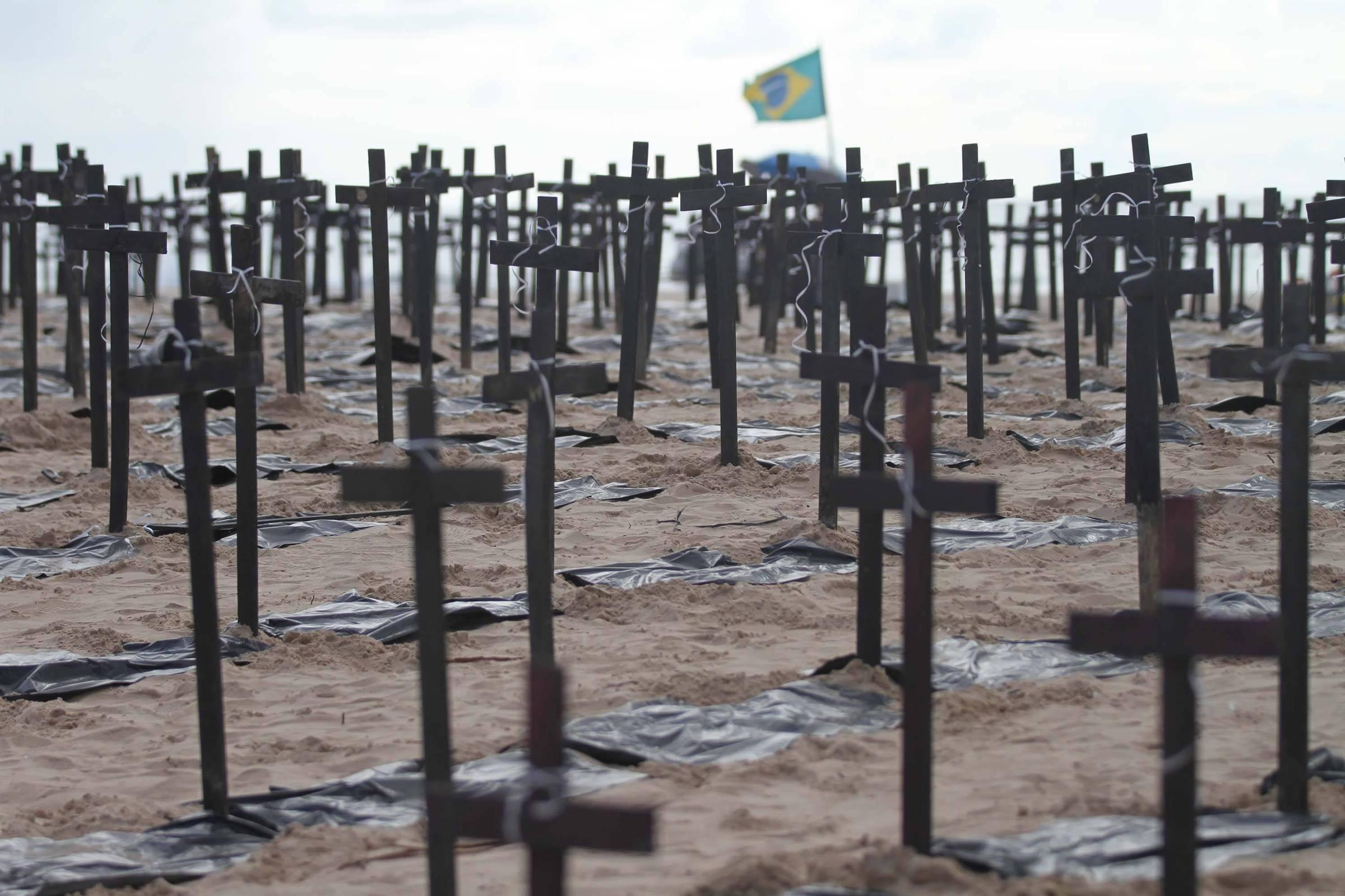 Em protesto, mil cruzes são fincadas na praia do Pina, em Recife, representando as pessoas assassinadas em Pernambuco de janeiro a março de 2018 - Marlon Costa - 24.mar.18/Futura Press/Folhapress