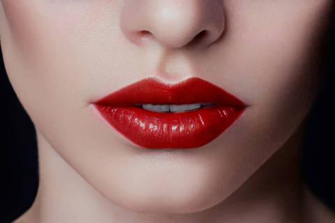 Sexual full lips. Red gloss of lips and woman's skin. The mouth is closed. Increase in lips, cosmetology. Pink lips and long neck. DIREITOS RESERVADOS. NÃO PUBLICAR SEM AUTORIZAÇÃO DO DETENTOR DOS DIREITOS AUTORAIS E DE IMAGEM