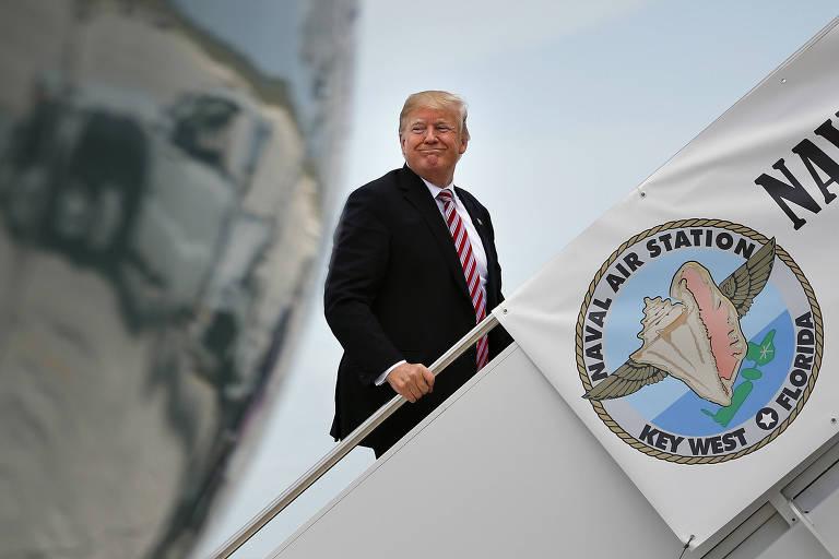 Trump sobe no avião presidencial em Key West, Flórida, nesta quinta-feira (19)