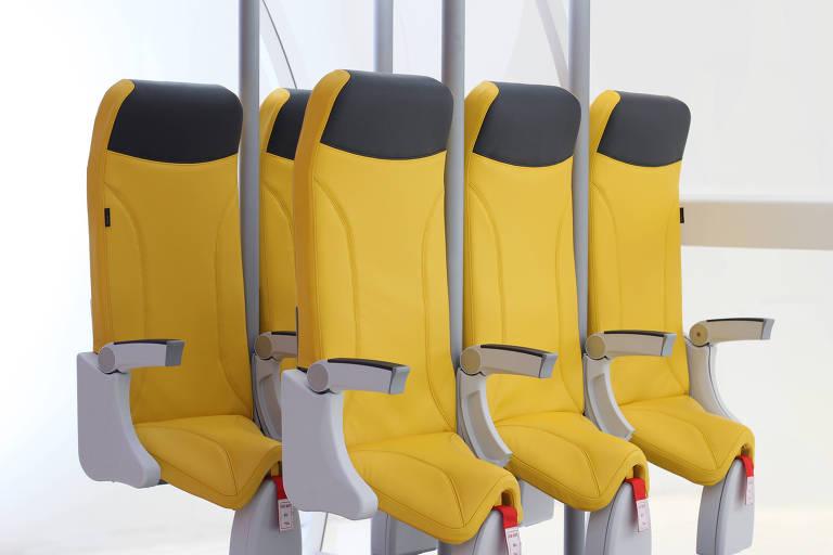 A foto mostra duas fileiras com três poltronas de avião. O diferencial deles é o assento curto e inclinado, fazendo com que a pessoa não consiga se sentar totalmente