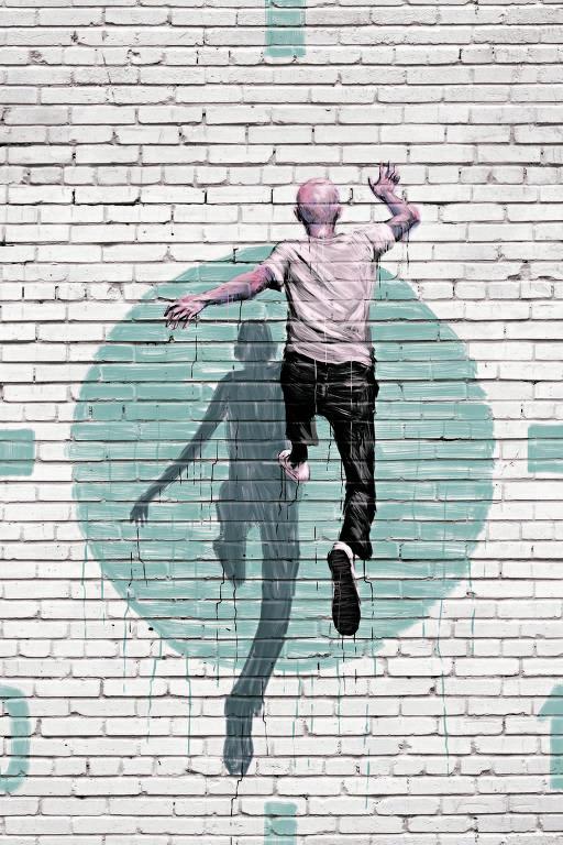 homem pulando em muro com alvo
