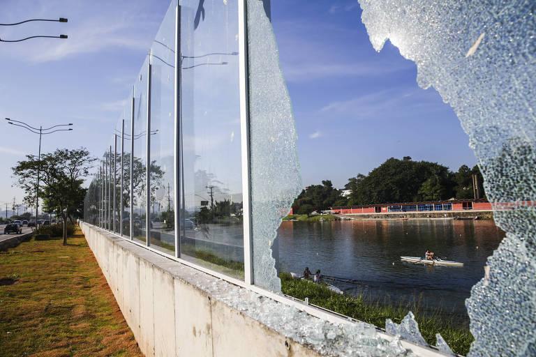 Muro de vidro que separar a raia olímpica da USP da marginal Pinheiros volta a ter painéis depredados