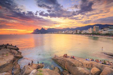 RIO DE JANEIRO (RJ), 27.02.2106 - Entardecer na praia do Arpoador, no Rio de Janeiro. Foto: Yuri Barichivich/Folhapress