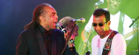 ORG XMIT: 090101_0.tif Brazil Culture Minister Gilberto Gil (L) performs with Jorge Ben (R) as they attend the Bal de la Rose in Monte Carlo, March 19, 2005. The Bal de la Rose is a traditional and annual charity event in Monaco Principality. This year's Monaco ball honors