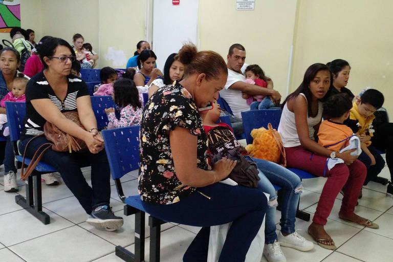 Pais esperam por atendimento no hospital infantil Cândido Fontoura, na Água Rasa, zona leste de SP
