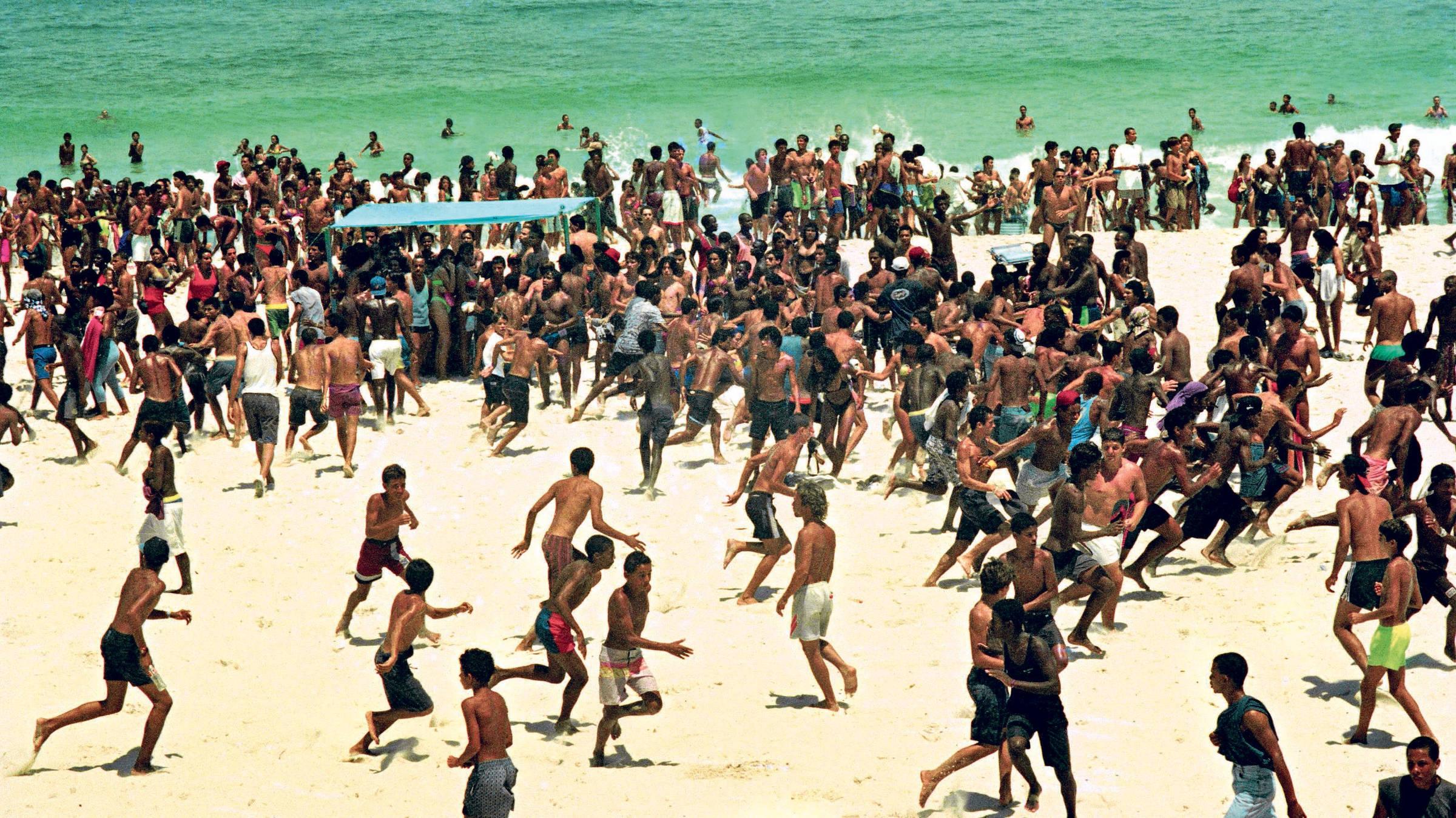 Guardas municipais entram em confronto com suspeitos de arrastão na praia de Ipanema, no Rio, em novembro de 2013