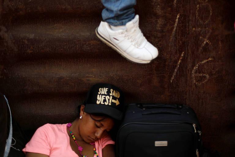 Imigrantes se arriscam em travessia sobre trens no México