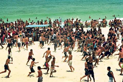Rio de Janeiro (RJ) - 12/10/1993 - PolÌcia - RJ - Assalto - Arrastão na Praia - Gangues promovem tumulto na Praia de Ipanema - Foto Chiquito Chaves / AgÍncia O Globo - Negativo: 93-18103 ORG XMIT: 1513127