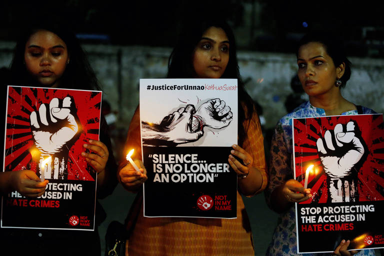 Indianas seguram cartazes em que pedem fim do silêncio contra estupros