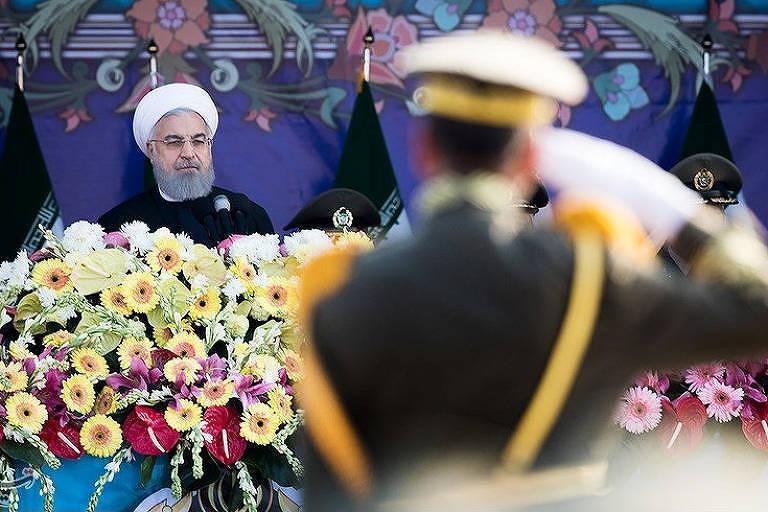 Presidente iraniano, Hassan Rouhani, participa de desfile militar em Teerã