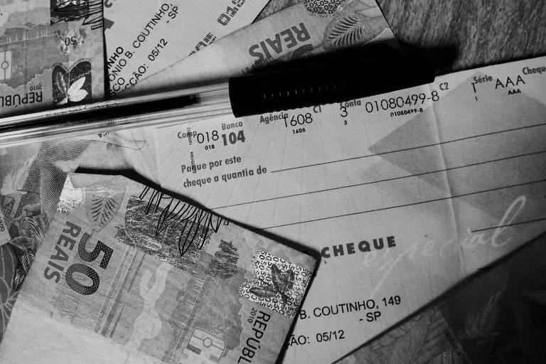 Notas de real e cheques de banco