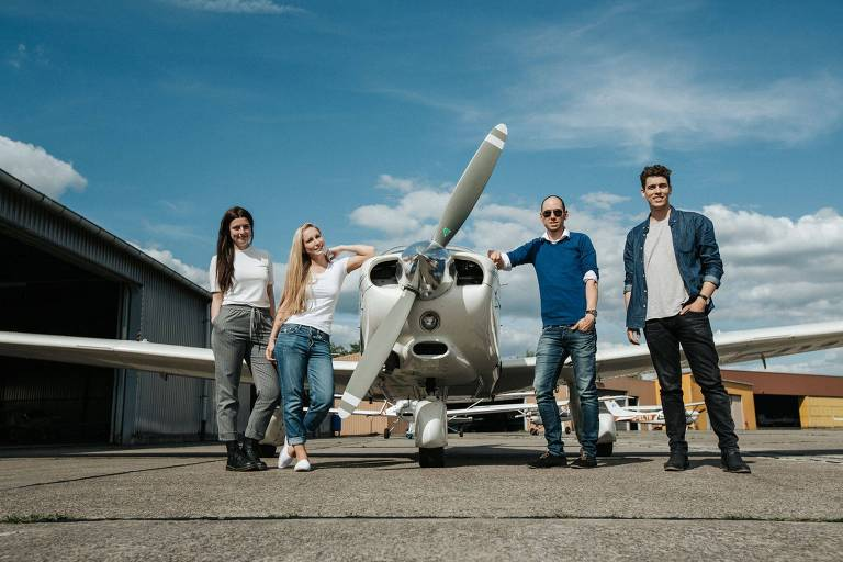 Pessoas ao lado de avião