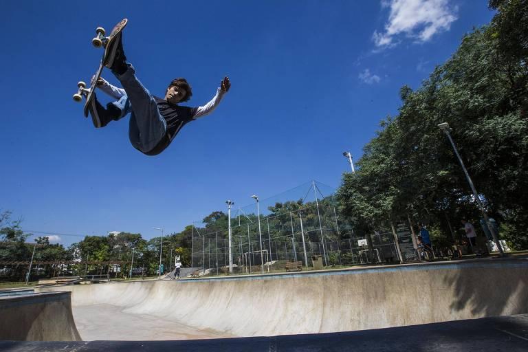 O skatista da seleção brasileira Murilo Peres, 22, pratica em pista do parque Chácara do Jockey, em São Paulo