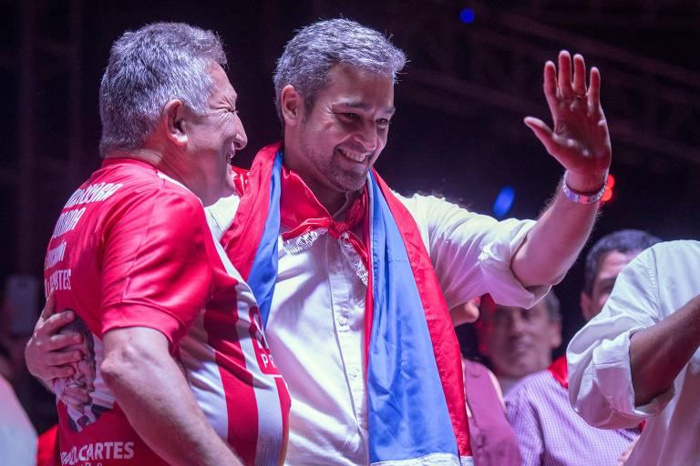 O candidato do Partido Colorado, Mario Abdo Benítez, acena em seu último comício eleitoral, na quinta-feira (19)
