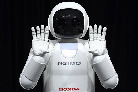 Honda North America shows off their new Asimo Robot along with their new Honda FIT to the media during the second press preview day at the 2014 New York International Auto Show  April 17, 2014  in New York at the Jacob Javits Center. AFP PHOTO / Timothy A. CLARY ORG XMIT: TC035