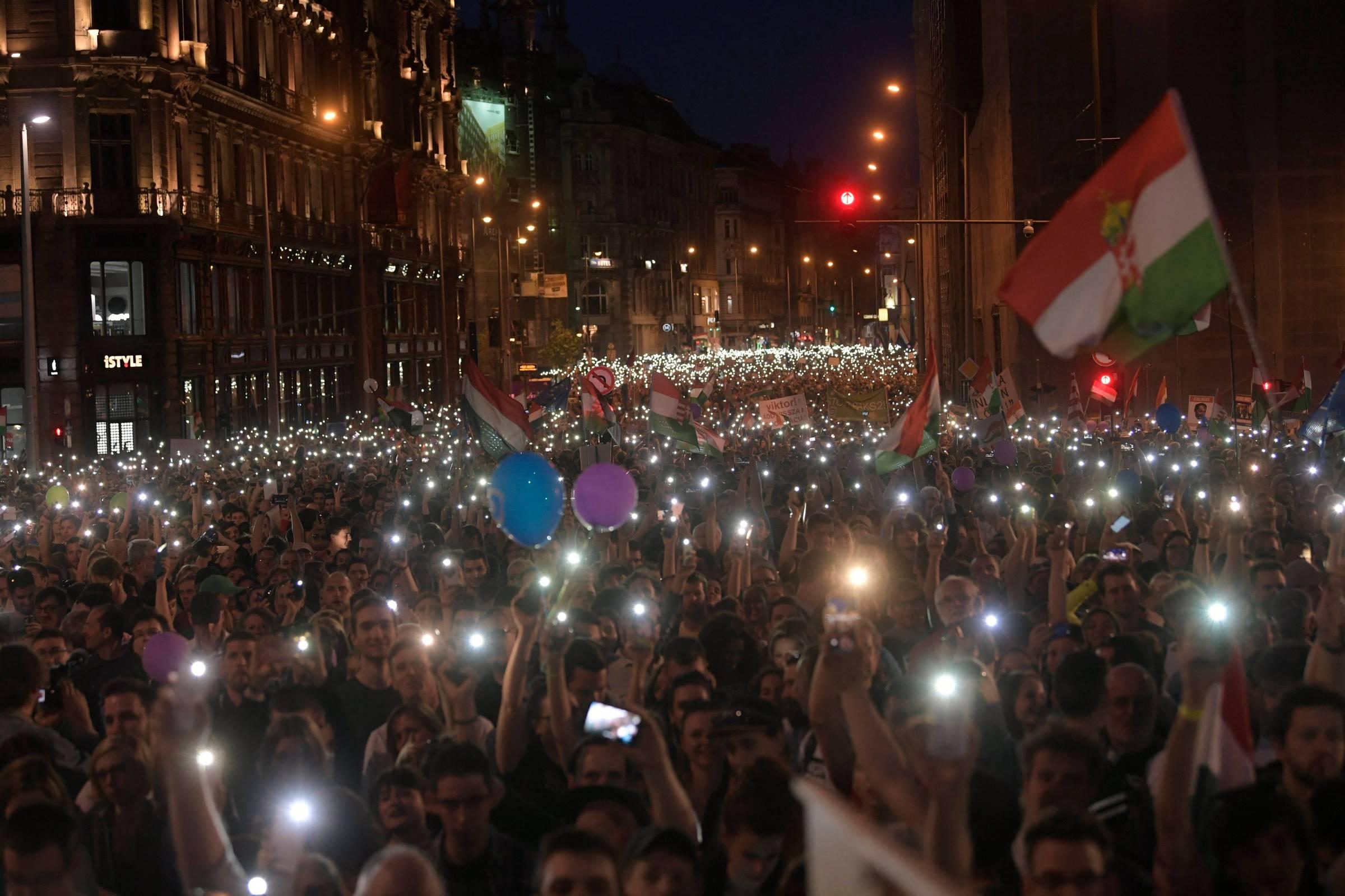 Dezenas de milhares de húngaros marcham contra premiê em Budapeste