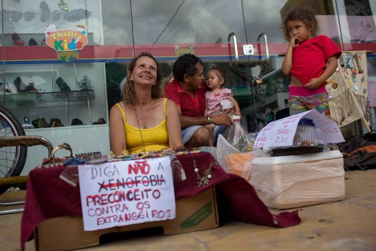 Brasileira exibe cartaz contra xenofobia em Boa Vista, Roraima