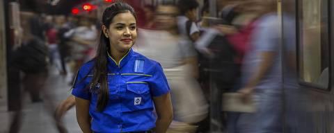 COTIDIANO -  Novos uniformes dos funcionários do Metrô, feito especialmente para os 50 anos da empresa. NA FOTO, Sara Oliveir de Souza Lima, agente de estação.   19/04/2018. Foto: Marlene Bergamo/FolhaPress - 017 -