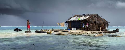 COMARCA GUNA YALA, PANAMÁ 10/12/2017.  Ilha Formiga ( Sichirdub ) na Comarca Guna Yala, onde vive temporariamente a familia do pescador Tony Castro Pérez. Assim como as outras ilhas do arquipélago, a ilha Formiga está muito exposta a variação do nível do mar, forçando em alguns casos a comunidade a se reassentar no continente.  ( Foto: Lalo de Almeida ) CIENCIA *** EXCLUSIVO FOLHA*** *** trocas tratamento *** ORG XMIT: AGEN1801181318674473