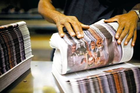 ORG XMIT: 341201_0.tif Funcionário confere o caderno Ilustrada antes da distribuição, no Centro Tecnológico Gráfico Folha, em Santana de Parnaíba, SP. (Santana de Parnaíba, SP, 24.11.2008. Foto de Tuca Vieira/Folhapress)