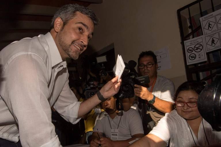 Mario Abdo Benítez, do Partido Colorado (direita), vota em Assunção