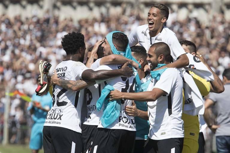 Jogadores do Corinthians comemoram gol contra o Paraná pelo Brasileiro
