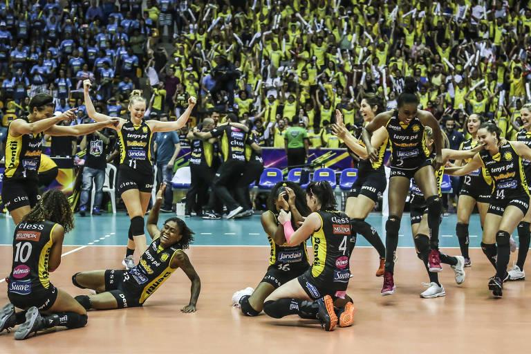 Atletas do Praia Clube comemoram o título da Superliga de vôlei