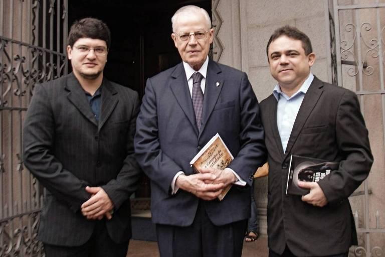 Da esq. para a dir., o designer Cicero Moraes, o tetraneto de d. Pedro I e o advogado José Lira, idealizador do projeto | Crédito: Cícero Moraes