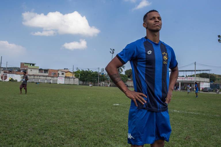 O artista circense Pablo Martins, 23, em um campo de futebol no bairro de Vera Cruz, zona oeste do Rio