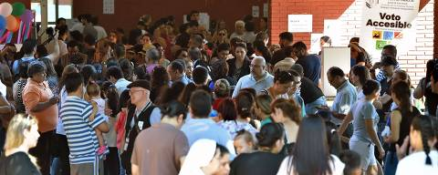 Voters queue outside a polling station during presidential elections, in Asuncion on April 22, 2018. Opinion polls give Mario Abdo Benitez of the ruling conservative Colorado party a clear lead over his centrist opponent, Efrain Alegre, in a two-horse race to succeed outgoing conservative President Horacio Cartes. / AFP PHOTO / NORBERTO DUARTE ORG XMIT: 4879